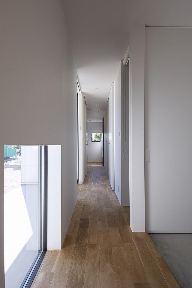 玄関から奥の寝室に至る廊下に沿って水回りを配置。対面のテラスに物干し場があるため、洗濯作業が効率的