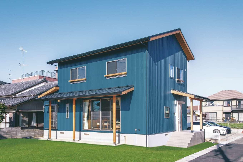 住まいるコーポレーション【デザイン住宅、自然素材、間取り】ブルーの外壁が個性的な外観。『住まいる』の家は基礎が高くて頑丈なので地震や水害に強いのが特徴