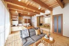 経年変化を楽しめる 天然木と珪藻土の自然派住宅
