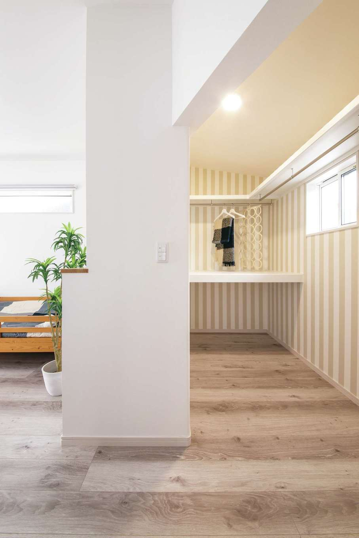 ほっと住まいる|2階寝室はクローゼット部分を増築。こちらもストライプのクロスが貼られてかわいらしい