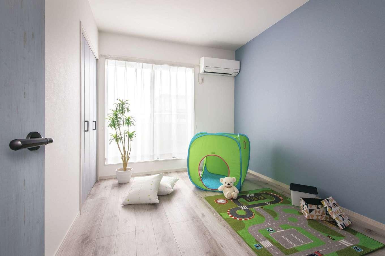 ほっと住まいる|子ども室は白×ブルーの組み合わせが爽やか。窓の外には新設したバルコニーがある