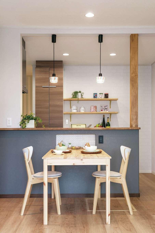 ほっと住まいる|ダイニングのポイントは、対面式キッチンのニッチ部分にあしらったモザイクタイル。ペンダントライトやキッチン背面の飾り棚にもセンスが光る