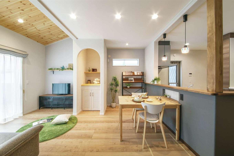 ほっと住まいる|補強のための柱や梁を追加しながら、余分な壁を抜き、勾配天井を取り入れて広がりを持たせたLDK。自然素材で仕上げた「シラス塗り壁」や無垢パイン材のあたたかみと、カフェのようなインテリアがよく似合う。マシュマロ吹き付け断熱のおかげで室内は心地よく、生活コストを抑えながら快適に暮らせるのが嬉しい。リノベーションだと説明されなければ、新築だと言われても疑う余地がないほど!