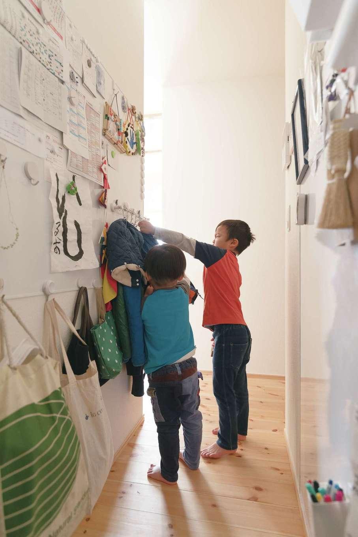 Casa(カーサ)【子育て、間取り、平屋】キッチン横にも壁一面のホワイトボードが。上着はココ!