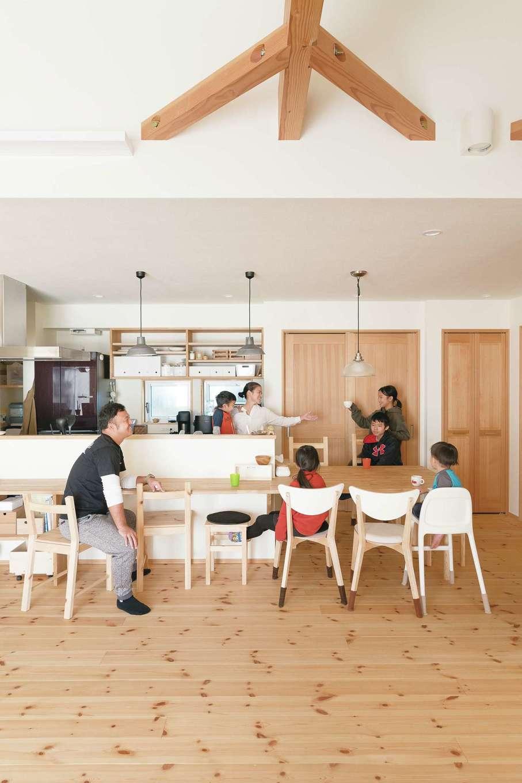 Casa(カーサ)【子育て、間取り、平屋】夫婦ともに夜勤のある仕事に就き、大忙しの毎日だけれど、週に3〜4回は家族全員で食卓を囲むそう。カウンターと一続きになった造作テーブルにたくさんの椅子が並び、7人が集まる時間はワイワイ賑やかだ