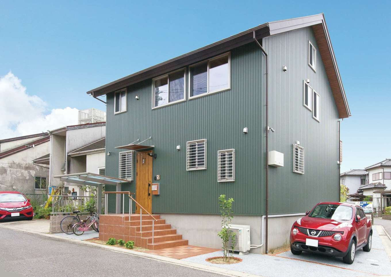 サイエンスホーム【デザイン住宅、子育て、自然素材】モスグリーンのガルバリウムとポーチのコントラストが素敵
