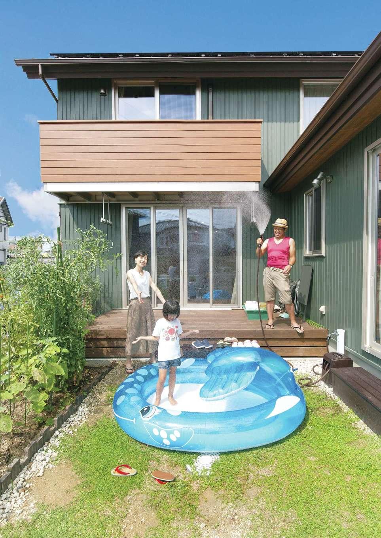 サイエンスホーム【デザイン住宅、子育て、自然素材】外からの視線をカットしつつ、BBQや子どもプールを楽しめる中庭。ここから室内に光と風を招き入れる