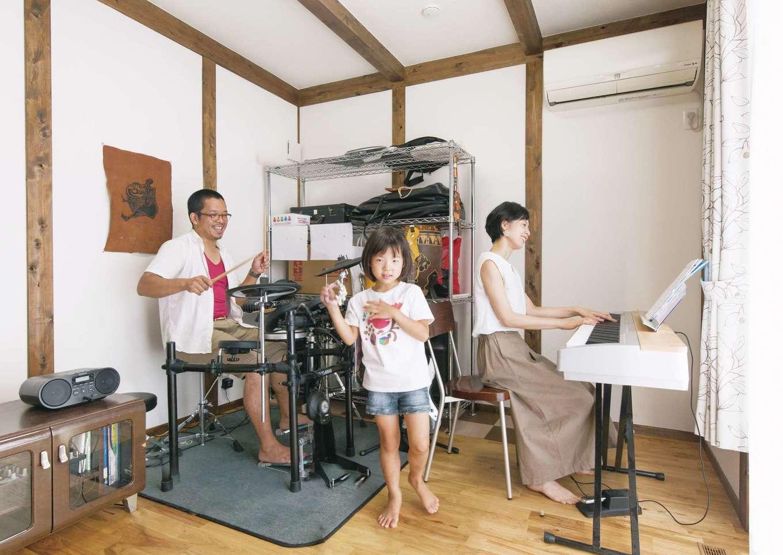 サイエンスホーム【デザイン住宅、子育て、自然素材】南側にアパートがあり、視線を遮るためにつくった楽器室。パパはドラム、ママはピアノを弾き、長女が歌う。将来はお母さまと同居するときに使い、その後は主寝 室にもなる