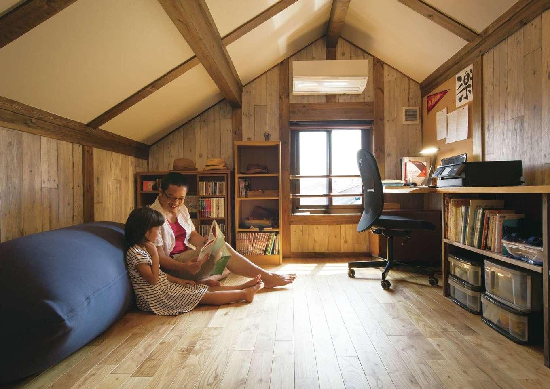 サイエンスホーム【デザイン住宅、子育て、自然素材】小屋裏にある隠れ家的な空間はご主人の書斎