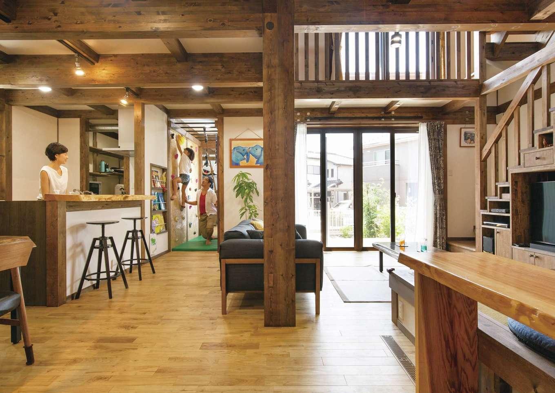サイエンスホーム【デザイン住宅、子育て、自然素材】家族がどこにいても様子が見える位置にキッチンを配置。吹抜けを通して2階の気配も感じるので安心