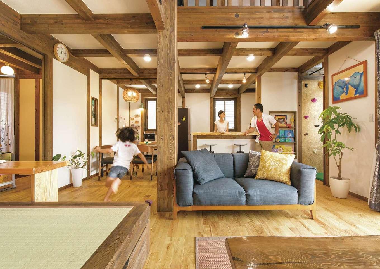 サイエンスホーム【デザイン住宅、子育て、自然素材】柱と梁を現しにした伝統の真壁づくりのLDK。木が常に空気に触れることで湿度を調節し、建物も長持ちする。肌触りがいいひのきの床を子どもが素足で走り回る