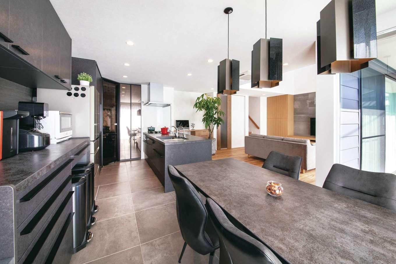 幹工務店【収納力、間取り、インテリア】テーブルはキッチンの扉と同素材のものを選び、床、家具、照明ともにグレーで統一