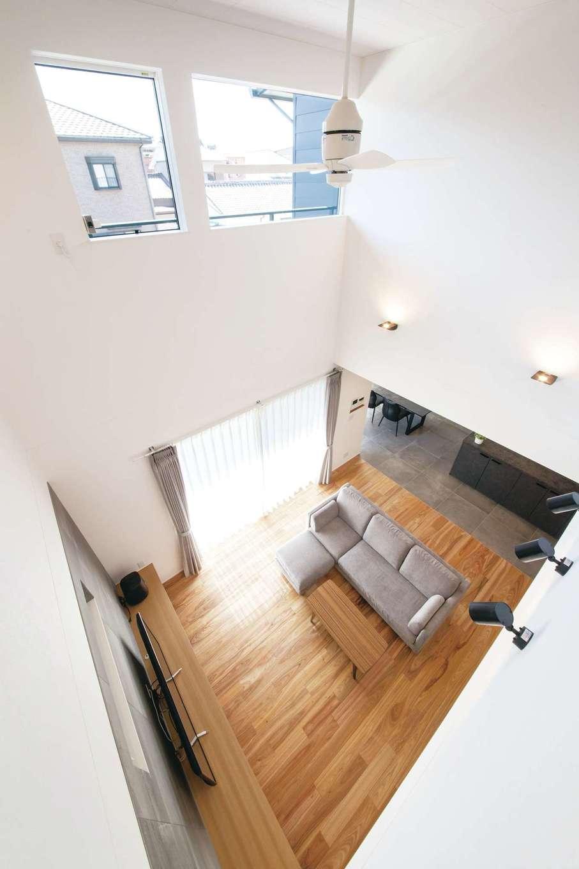 幹工務店【収納力、間取り、インテリア】吹抜けのリビング。白を基調とした空間に、タララアマリヤの床の個性的な木目が映える