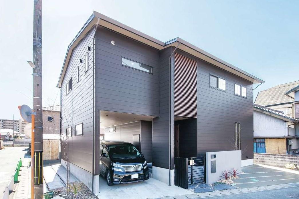 幹工務店【収納力、間取り、インテリア】ブラックで統一したクールな外観。ビルトインガレージには車を2台駐車可能