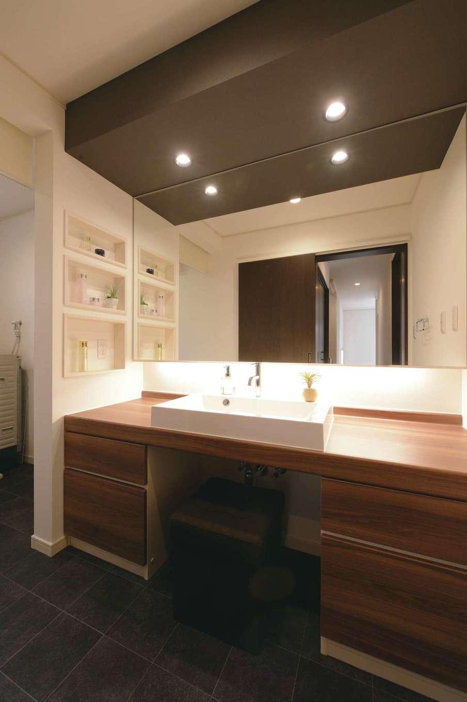 朝日住宅【デザイン住宅、高級住宅、インテリア】造作した洗面台、壁一面を覆う鏡、贅沢感をもたらす間接照明が備わり、まさにホテルにいるような気分を味わえる