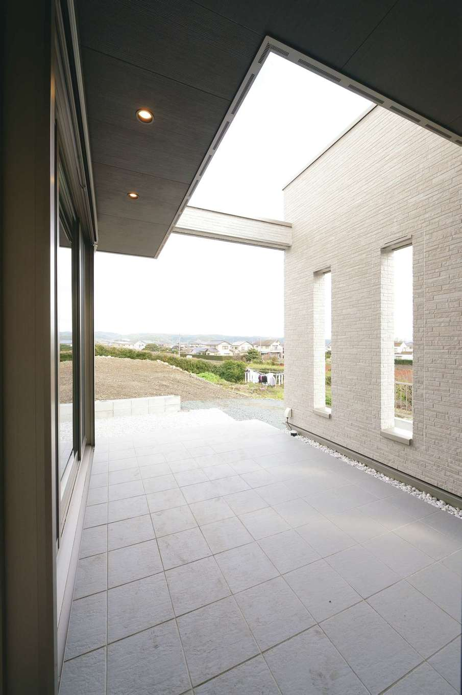 朝日住宅【デザイン住宅、高級住宅、インテリア】L字型のLDKに囲まれるように配置されたテラスは、洗濯物を干したり、夏にプールやBBQを楽しんだり、のんびり景色を眺めたりと自由に使えるスペース