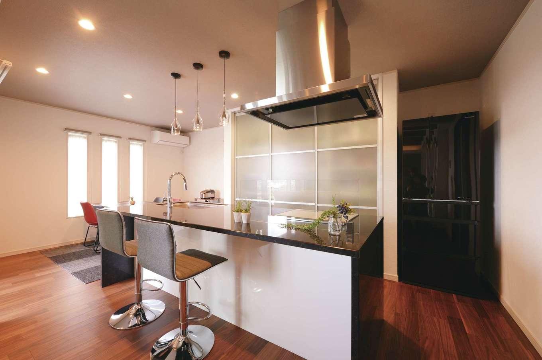 朝日住宅【デザイン住宅、高級住宅、インテリア】「カウンターのある大きなキッチンが欲しかったんです。通常の背面収納ではサイズが合わず、思い切って扉付きをオーダーしました」と奥さま。カウンターでサッと食事ができるのも便利