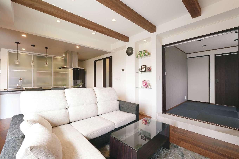 朝日住宅【デザイン住宅、高級住宅、インテリア】リビングから小上がりの和室へとつながる。框部分には、奥さまが熱望した大理石調の素材を取り入れた