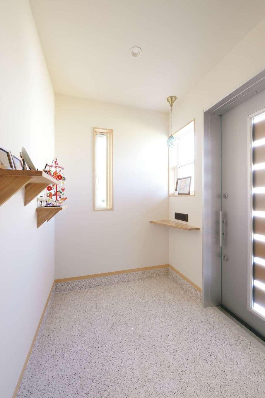 新栄住宅【和風、自然素材、省エネ】玄関はシューズクロークを設ける代わりに、自転車やベビーカーを出し入れしやすいように、土間を広々と確保