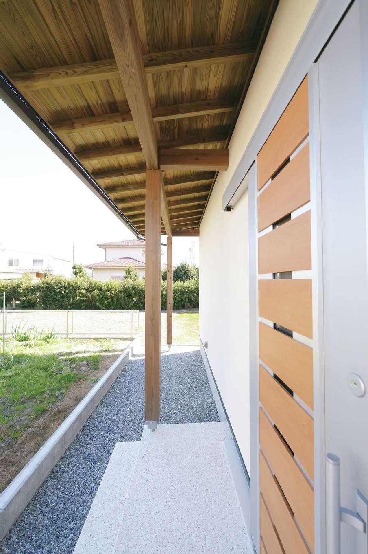 新栄住宅【和風、自然素材、省エネ】玄関の軒を深くしてあるので、雨の日も濡れずに出入りができる。軒天の表情が趣き深い