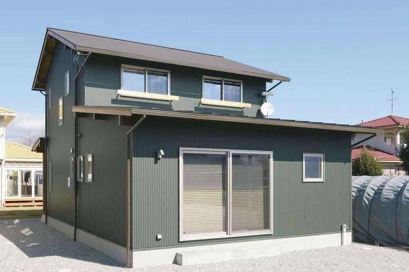 新栄住宅【和風、自然素材、省エネ】モスグリーンの外壁が個性的な外観。玄関は実家のある北側に配置。地震の揺れを建物に伝えにくくする「スーパージオ工法」を採用