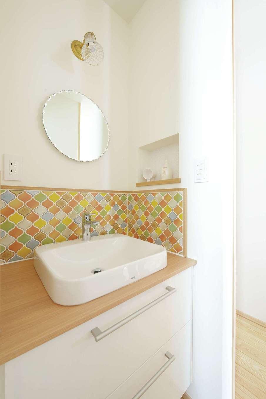 新栄住宅【和風、自然素材、省エネ】オリジナルの洗面台は奥さまのお気に入り。タイルの配色にもこだわった