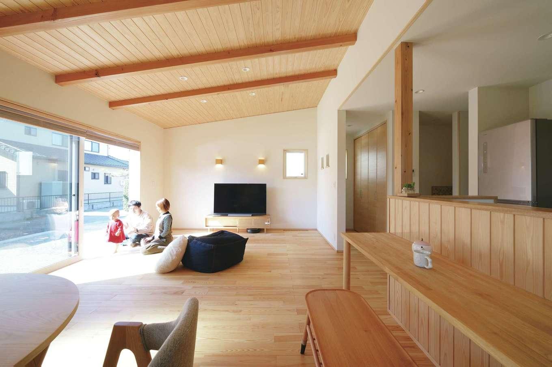 新栄住宅【和風、自然素材、省エネ】窓の配置にこだわった設計で、自然の光や風が心地よく室内を巡る。晴れた日には床に座ってのんびり日向ぼっこ。無垢の床は夏はサラサラ、冬はしっとりと温かい