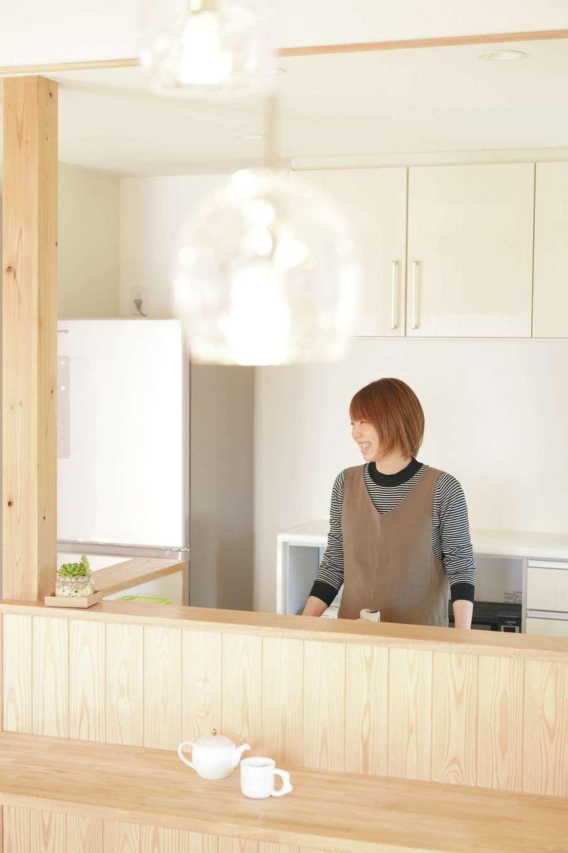新栄住宅【和風、自然素材、省エネ】無垢のカウンターと板張りの腰壁が温かみを感じさせるダイニング。ガラス製のペンダント照明がナチュラルな空間にベストマッチ