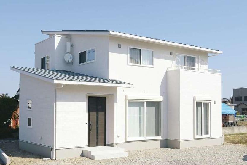 朝日住宅【デザイン住宅、高級住宅、インテリア】壁、窓枠、バルコニーの手すりまで白で統一した外観が目を引く。屋根には6.25kWもの太陽光発電パネルが搭載されているが、それを目立たせないフォルムも秀逸