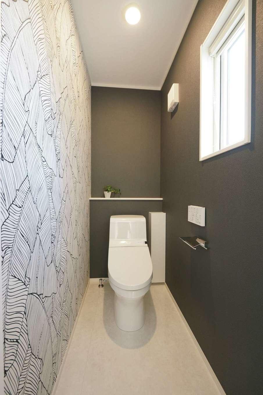 朝日住宅【デザイン住宅、高級住宅、インテリア】玄関ホールすぐの場所にあるトイレは、唯一遊び心いっぱいの壁紙を採用