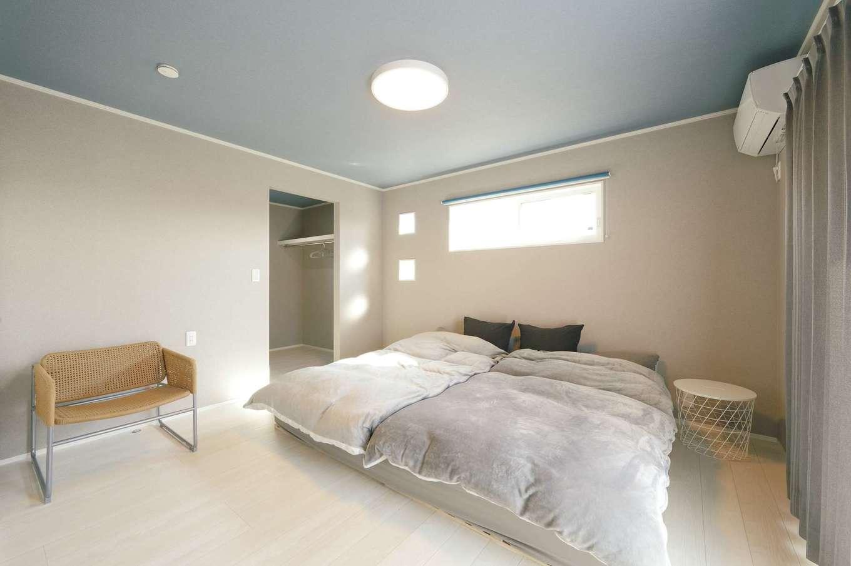 朝日住宅【デザイン住宅、高級住宅、インテリア】2階にある寝室も、ベッドの位置などをあえて低くし、ゆとりある雰囲気に。ウォークインクローゼットも広々