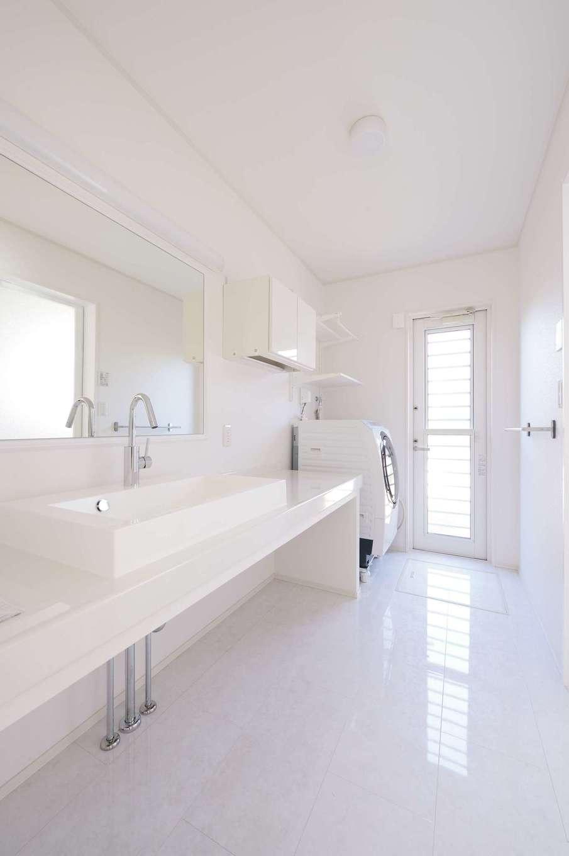朝日住宅【デザイン住宅、高級住宅、インテリア】建築中に下地を多めに入れてもらい、洗面台の鏡、タオルラックなどを自分たちで取り付けた。まるでホテルのよう!