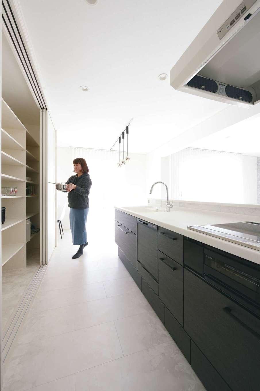 朝日住宅【デザイン住宅、高級住宅、インテリア】キッチン背面の扉付き収納は、家電、食器類をすっぽりと隠してくれる