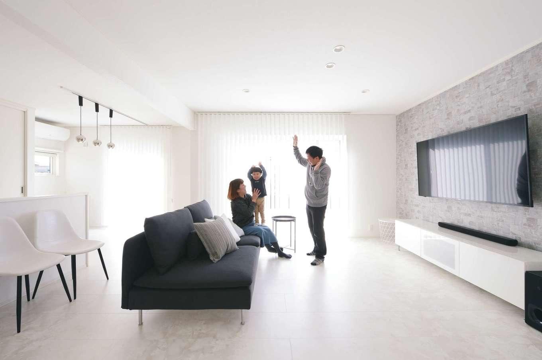 朝日住宅【デザイン住宅、高級住宅、インテリア】窓が大きく、太陽光がたっぷり注がれるLDK。「自然光を優しく反射するように」と、マットな素材の床材を選んだおかげで、ふわっと家族を包み込むような輝きに満ちている。気密性や断熱性は十分で、夏は涼しく冬は暖かく、省エネで暮らせる気配りも嬉しい。カーテンは天井付けにし、家具はできるだけ腰より下の高さにすることで、室内は面積以上の広さを感じさせる。元美容師で、インテリアが大好きな奥さまが、インスタなどを見ながら研究したアイデアがいっぱいだ