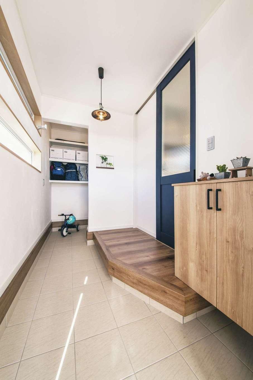 漆喰の壁が上質感をもたらす玄関。土間に奥行きを持たせたことで収納スペースを確保でき、空間に広がりが生まれた