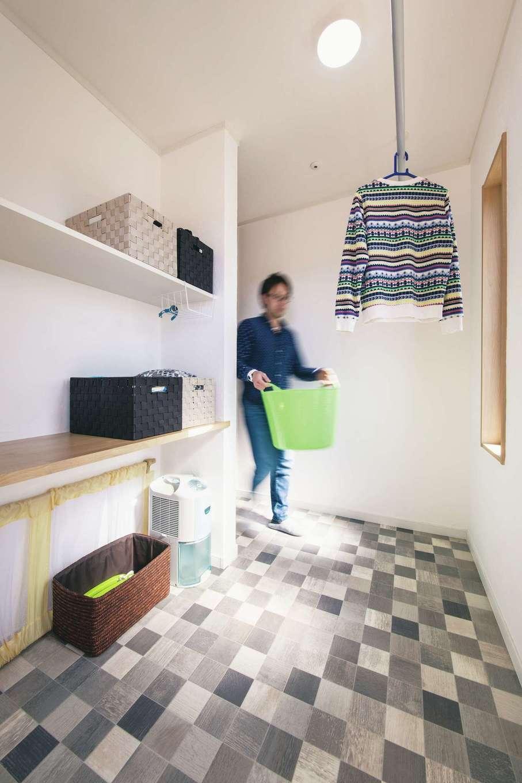 洗面・脱衣スペースに繋がるランドリーは、室内干しがたっぷりできる家事ラク空間。デッキにすぐ出られるので、晴れた日の休日には外干しもラクにできる