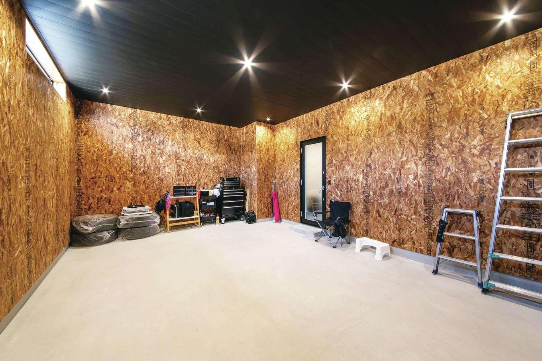 コットンハウス【子育て、平屋、ガレージ】ビルトインガレージはOSB合板の壁とガルバリウム鋼板張りの天井で男前に演出
