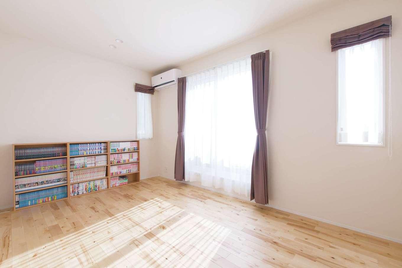 コバケンホーム(小林建設)【子育て、自然素材、間取り】もちろん寝室も漆喰の壁と天井、カバザクラの床で仕上げた丸ごと自然素材の空間。ご主人の愛読書をしまう造作の書棚も設けてある