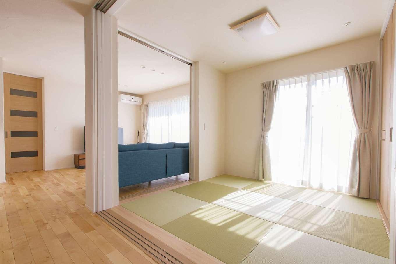 コバケンホーム(小林建設)【子育て、自然素材、間取り】リビングとダイニングの間に設けた畳コーナーは引き戸で仕切ることも可能。掃出窓から陽光が注ぎ、畳の感触もぽかぽかと気持ちいい