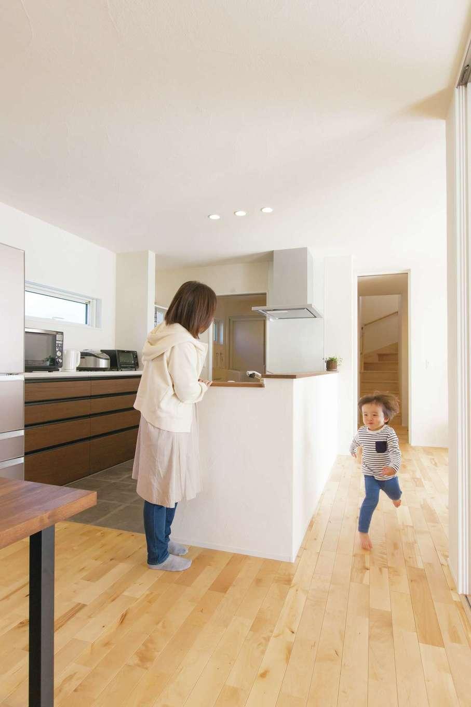 コバケンホーム(小林建設)【子育て、自然素材、間取り】玄関、LDK、洗面を回遊できる動線を確保。キッチンのワークスペースも家族とすれ違えるように広さにゆとりを持たせてある。お子さまは回遊動線をぐるぐる走り回って遊ぶのが大好き