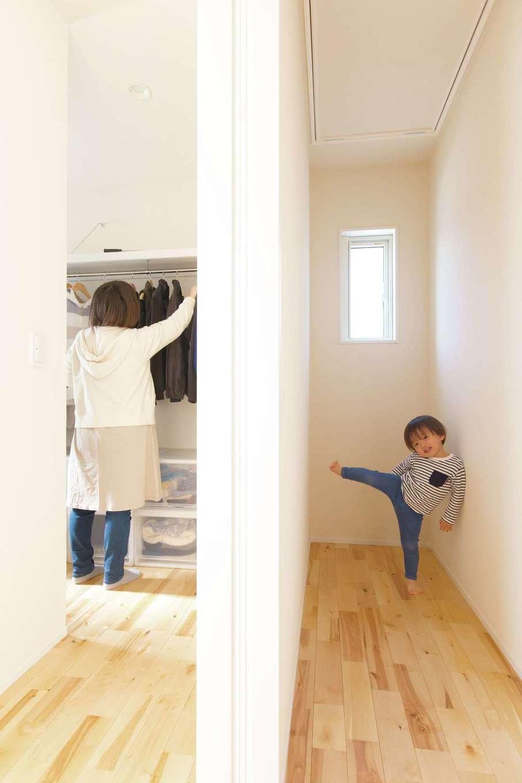 コバケンホーム(小林建設)【子育て、自然素材、間取り】2階の廊下の上部には梯子式の屋根裏収納があり、クローゼットの予備収納として利用できる