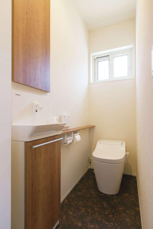 コバケンホーム(小林建設)【子育て、自然素材、間取り】トイレの壁も漆喰仕上げ。トイレも洗面もカラリとして、湿気を感じず快適だそう