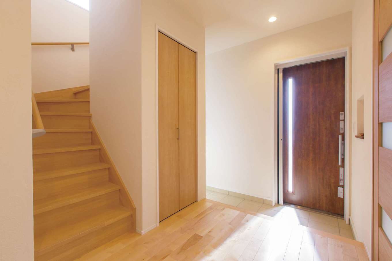コバケンホーム(小林建設)【子育て、自然素材、間取り】玄関にはシューズクローク以外にホールにも収納を設けてある。リビング内ではなく、あえて玄関に階段を設けた理由は、「男の子2人なので、僕の経験上、リビング階段だと友だちを部屋に連れていくのに気兼ねするのでは」というご主人の配慮から