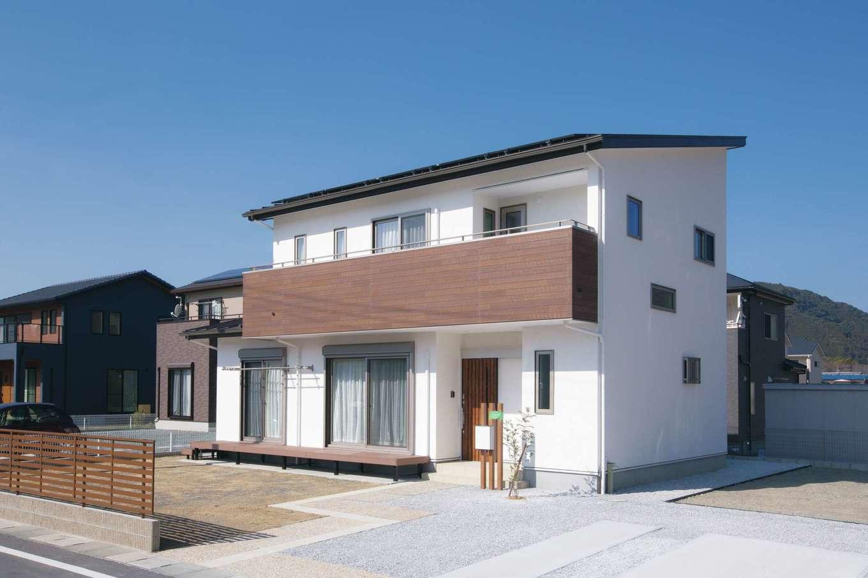 コバケンホーム(小林建設)【子育て、自然素材、間取り】自然豊かな新興住宅地に建ち、漆喰壁がひときわ白さを放つ外観。コミコミ価格で総額2,200万円の「Blanche( ブランシュ)」シリーズで新居を実現