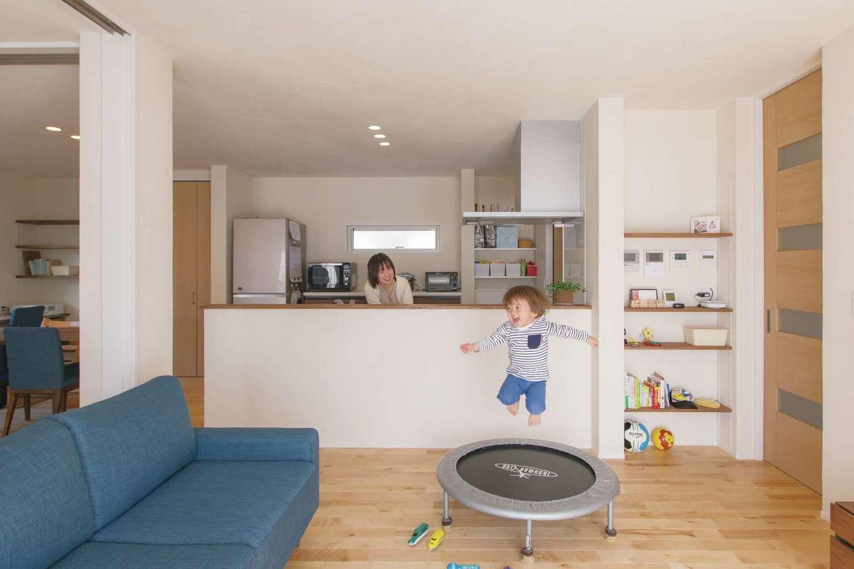 コバケンホーム(小林建設)【子育て、自然素材、間取り】ナラの無垢の床と漆喰の壁に包まれて、心地よい空間が広がるLDK。広々とした空間全体を遊びのホームグラウンドにして、お子さまが飛んだり、跳ねたり、走ったり。24時間全熱交換型換気システムを採用しているため、室内の温度差もなく、夏は涼しく冬は暖かい。快適で体にやさしい空間のもと、お子さまも風邪をひきにくくなったそう