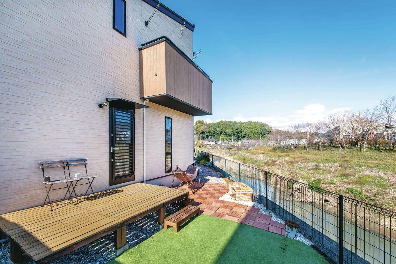 原田工務店【デザイン住宅、狭小住宅、省エネ】川に面した家の裏手には、ご主人が手作りしたBBQコーナーも