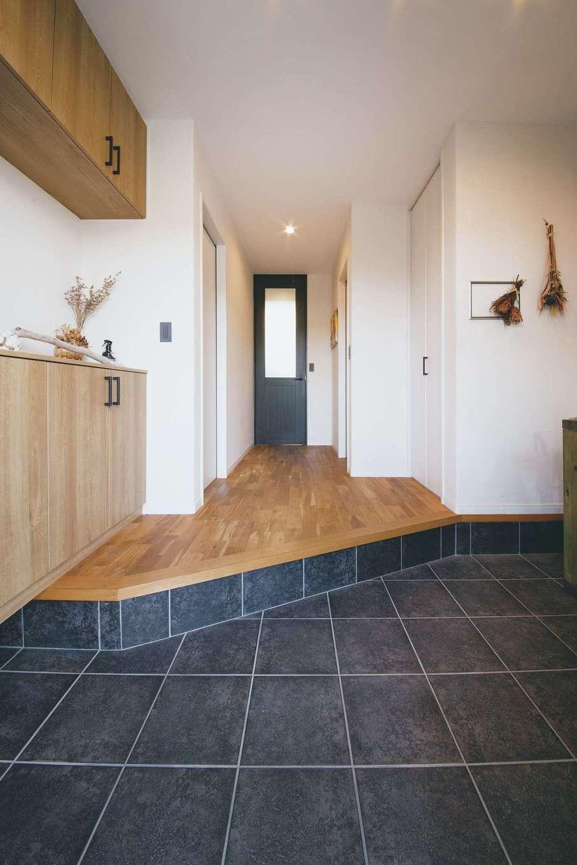 原田工務店【デザイン住宅、狭小住宅、省エネ】玄関は土間部分を広く設計。大勢の来客にも対応できる