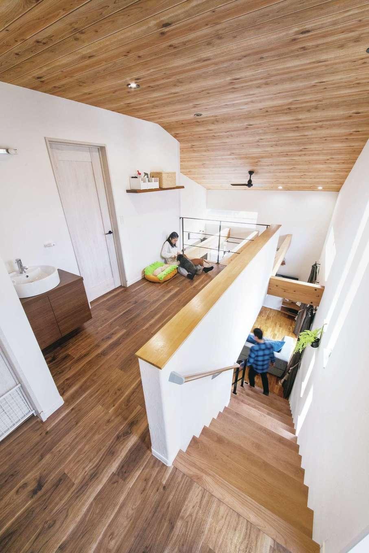 原田工務店【デザイン住宅、狭小住宅、省エネ】吹き抜けに面した2階フリースペースは、2匹のワンちゃんが暮らす専用空間。濡れてもいい床材を採用するなど、設計段階から入念に準備したそう