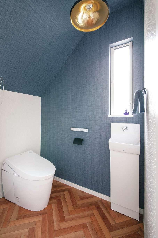 原田工務店【デザイン住宅、狭小住宅、省エネ】ブルーグレーの壁とヘリンボーンの床がおしゃれだ