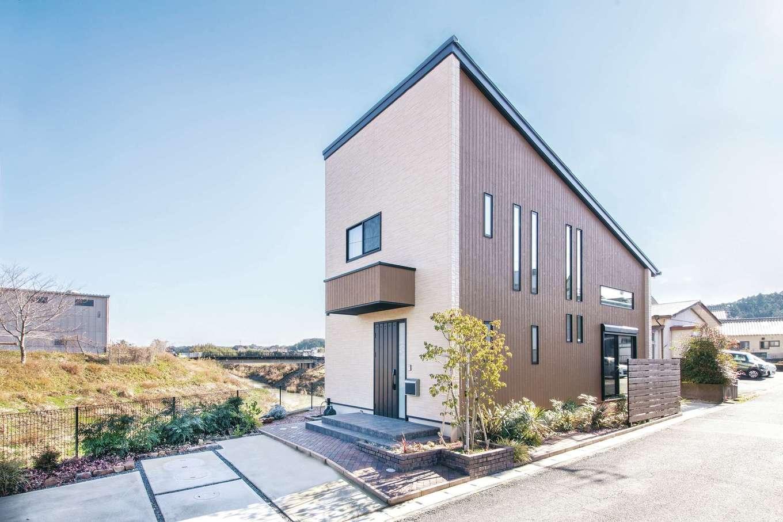 原田工務店【デザイン住宅、狭小住宅、省エネ】三角形の変形地を有効活用。「外観は、有名コーヒー店をイメージしてデザインしてもらいました」と夫妻